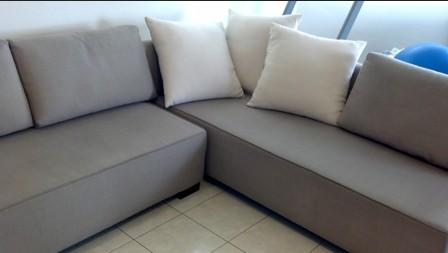 ספה מבד עם כתמי שתן לאחר הניקיון